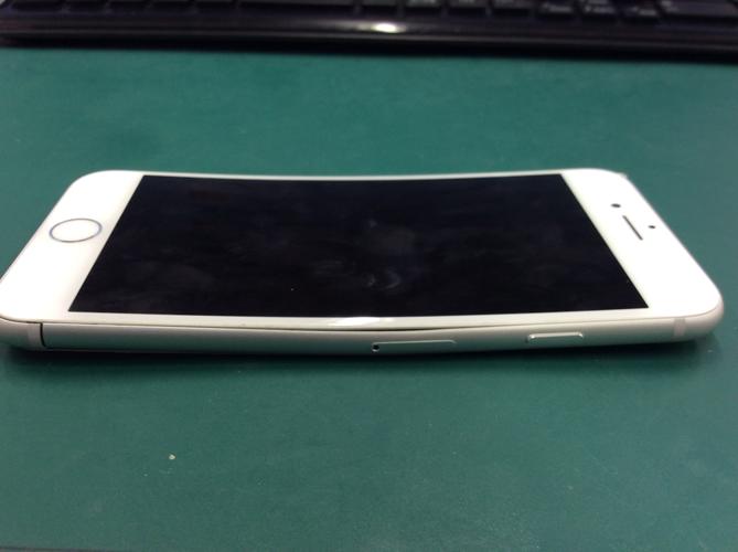 写真のように 湾曲し電源はいらないiPhone もデータ復旧させます
